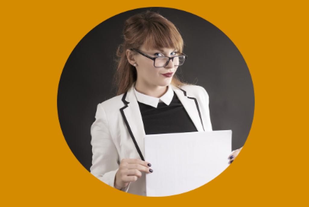 Frau in weißem Kittel, trägt eine Brille und ein Blatt in den Händen.