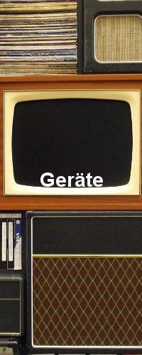Das Old school Gerät Fernseh und zwei Radios sind zu sehen. Alles aus den 80er Jahren.