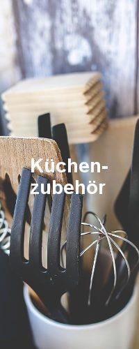 Küchenzubehör in weißer Schrift mittig auf dem Bild. Im Hintergrund sind die Hilfsgeräte der Küche zu sehen.