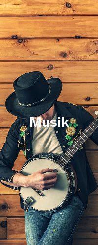 Ein Mann mit hut der Gitarre spielt und an eine Wand gelehnt ist.