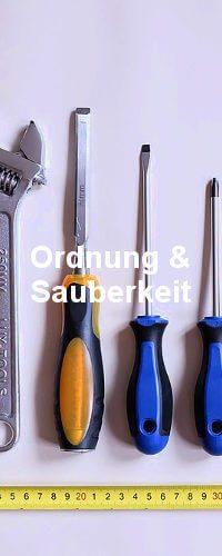 Einige Werkzeuge nach Größe geordnet auf einem Tisch liegend.