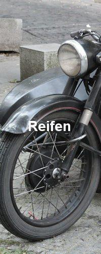 Reifen und Licht eines Motorrads. Die Farbe ist Schwarz.