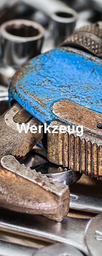 Werkzeug in blauer Farbe. Unter dem Werkzeug liegen weitere in silberner Farbe.